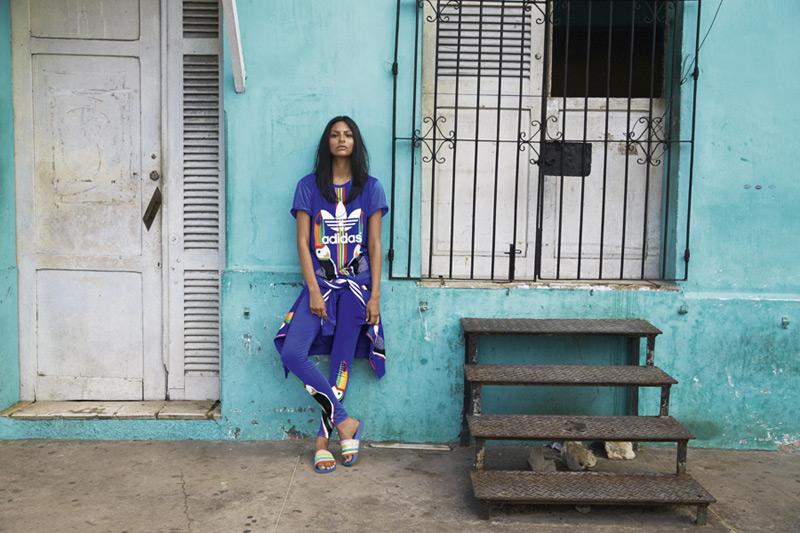 adidas Originals x Farm — modré tričko, modré legíny — dámské sportovní oblečení