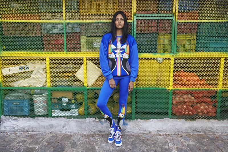 adidas Originals x Farm — modrá mikina s potiskem, Tukan, modré legíny — dámské sportovní oblečení
