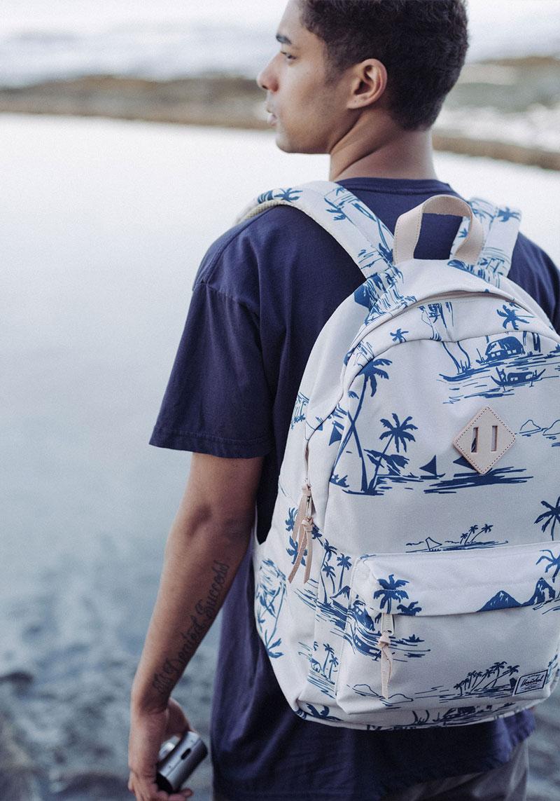 Herschel Supply — bílý batoh s modrým potiskem, plážový motiv — lookbook – jaro 2016