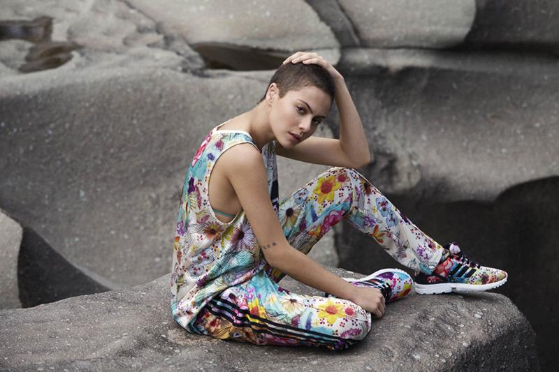 adidas Originals x Farm — barevné tepláky, květinový motiv, barevné tílko, boty ZX Flux W — dámské sportovní oblečení