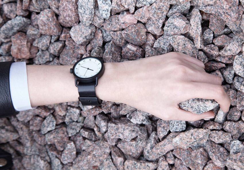 TID Watches – černé hodinky, bílý ciferník, ocelové pouzdro, kožený náramek – švédské – dámské