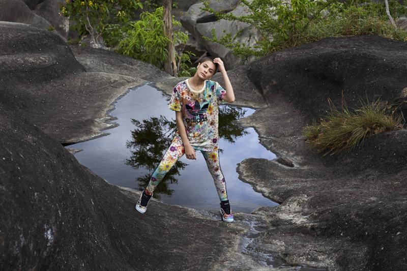 adidas Originals x Farm — květinové legíny, tričko, kotníkové boty Courtvantage Mid W — dámské sportovní oblečení