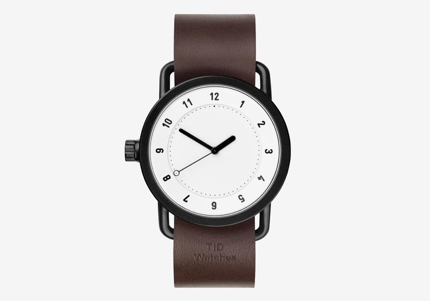 TID Watches – švédské náramkové hodinky, designové, minimalistické – černé ocelové pouzdro, bílý ciferník, hnědý kožený náramek – pánské
