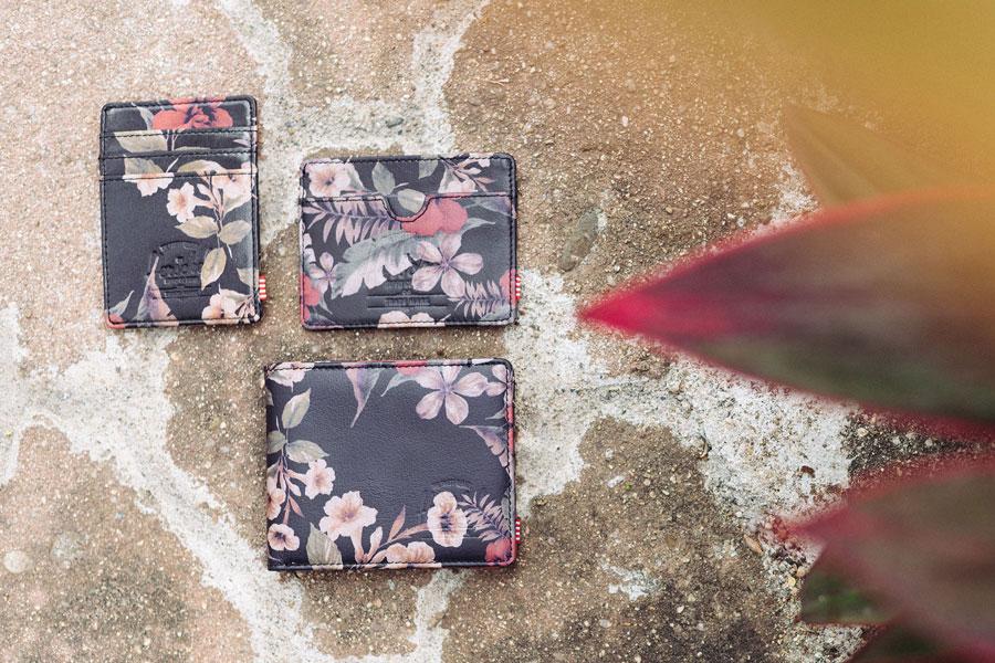 Herschel Supply — černé peněženky, pouzdra na doklady, s rostlinnými vzory — lookbook – jaro 2016