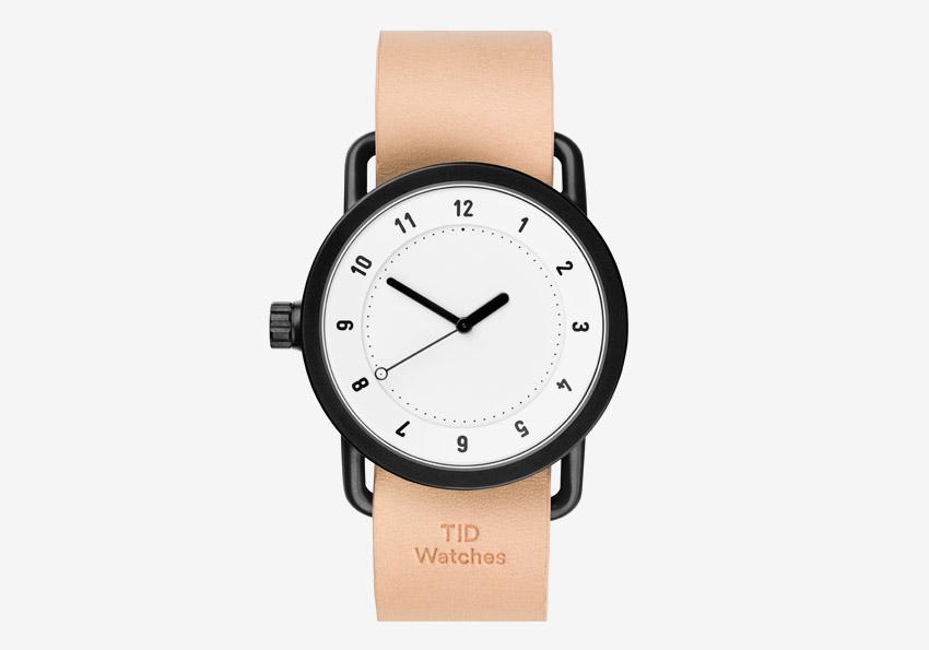 TID Watches – designové náramkové švédské hodinky – světle hnědý kožený řemínek tělové barvy, černé ocelové pouzdro, bílý ciferník – pánské