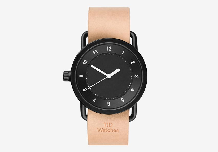 TID Watches – designové náramkové švédské hodinky – světle hnědý kožený řemínek tělové barvy, černé ocelové pouzdro, černý ciferník – pánské