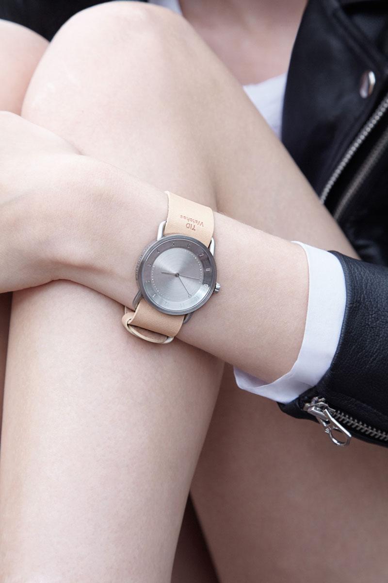TID Watches – švédské hodinky – světle hnědý kožený řemínek tělové barvy, ocelové pouzdro – dámské