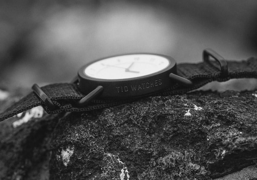 TID Watches – černé hodinky, bílý ciferník, ocelové pouzdro, textilní náramek – designové, švédské – pánské, dámské