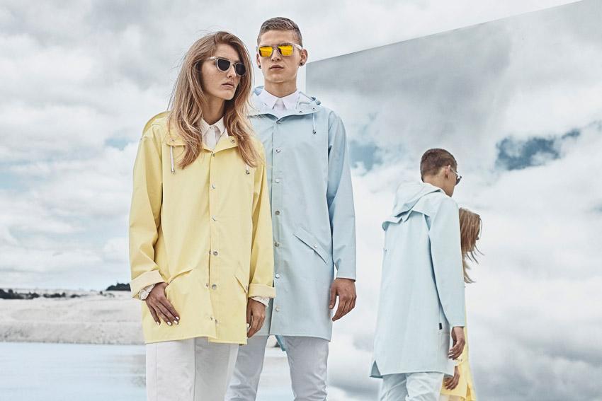 Rains — nepromokavé bundy, pršipláště s kapucí, pláštěnky, raincoats — pastelové, žluté, bledě modré — dámské, pánské — lookbook jaro/léto 2016