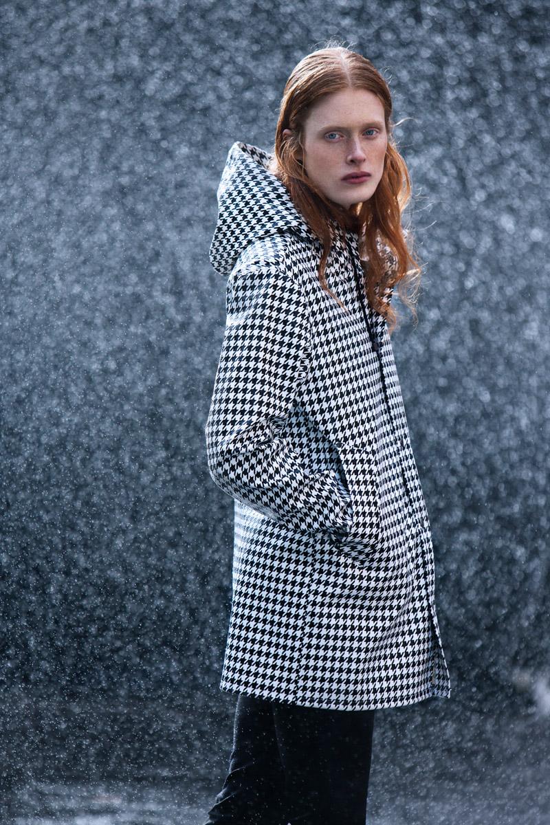 Stutterheim — nepromokavý plášť do deště se vzorem, pršiplášť s kapucí, dlouhá bunda, parka — raincoat — černo-bílý — lookbook jaro/léto 2016