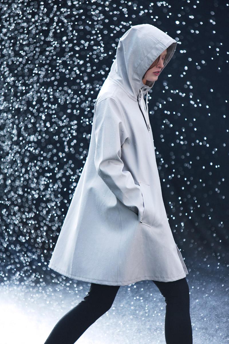 Stutterheim — plášť do deště, pršiplášť s kapucí — raincoat — světle šedý — lookbook jaro/léto 2016