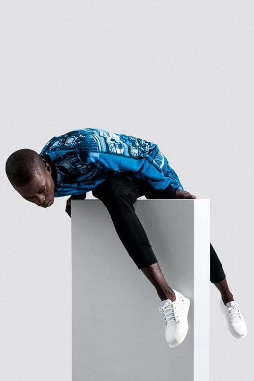 Ucon Acrobatics — pánská dlouhá modá bunda s potiskem — černé kalhoty joggers — lookbook — jaro/léto — spring/summer 2016