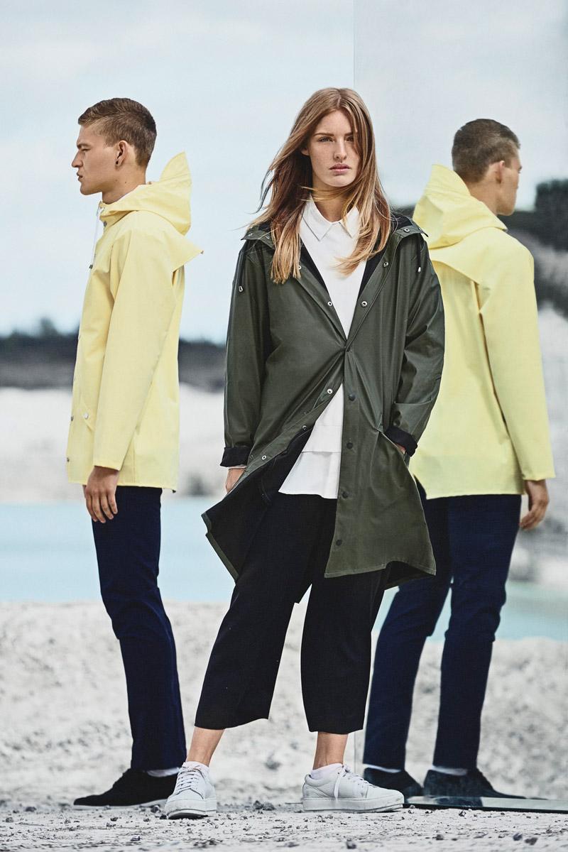 Rains — žlutá pláštěnka, nepromokavá bunda, zelený pršiplášť s kapucí — raincoats — lookbook jaro/léto 2016
