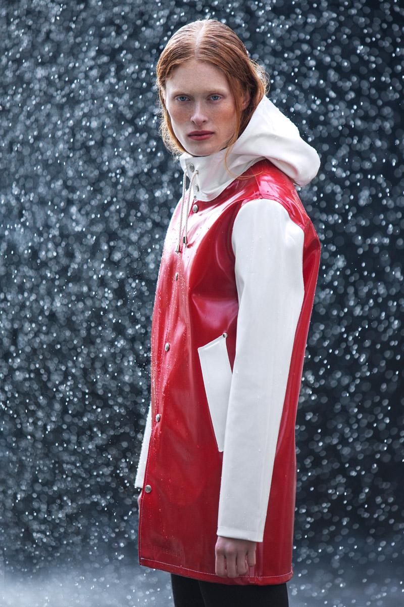 Stutterheim — nepromokavý plášť do deště, pršiplášť, dlouhá bunda, parka — raincoat — červený, bílé rukávy, kapuce — lookbook jaro/léto 2016
