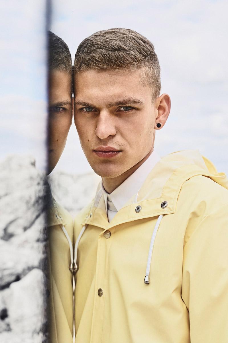 Rains — pánská žlutá nepromokavá bunda, bledě modrý pršiplášť, pláštěnka s kapucí — raincoats — lookbook jaro/léto 2016