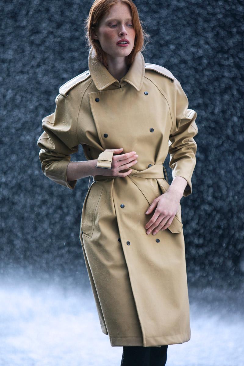 Stutterheim — dámský nepromokavý kabát do deště, trenčkot — trench coat — béžový, hnědý — lookbook jaro/léto 2016