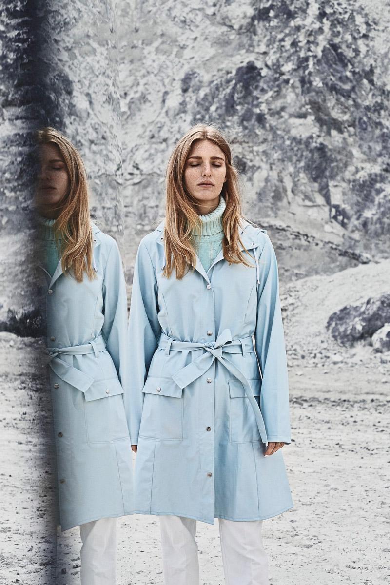 Rains — dámský nepromokavý kabát s kapucí, trenčkot, trench coat, raincoat, pláštěnka — bledě modrý, pastelový — lookbook jaro/léto 2016