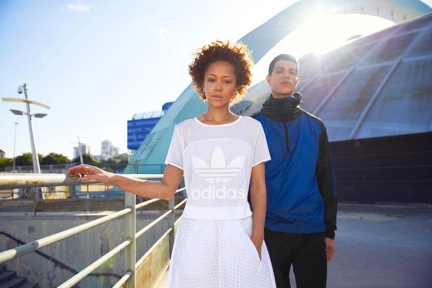 Adidas Originals — dámský bílý top, bílá sukně — pánská modrá bunda s kapucí — sportovní oblečení — lookbook kolekce Regista — jaro/léto 2016