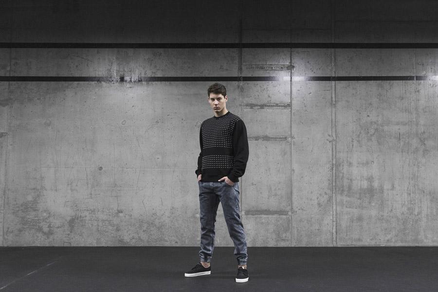Backyard Cartel — černá pánská mikina bez kapuce s bílými symboly — šedo-modré kalhoty joggers, denim, jeans — pánské oblečení, street móda — kolekce Scissors — 1. část