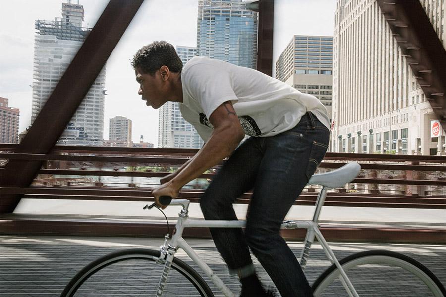 Levi's Commuter — cyklistické jeansy — modré pružné kalhoty pro cyklisty — bílé tričko s potiskem — jaro/léto 2016