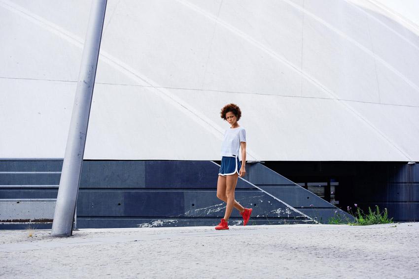Adidas Originals — dámské modré šortky, retro kraťasy — dámský bílý top — červené boty Adidas Tubular — sportovní oblečení — lookbook kolekce Regista — jaro/léto 2016