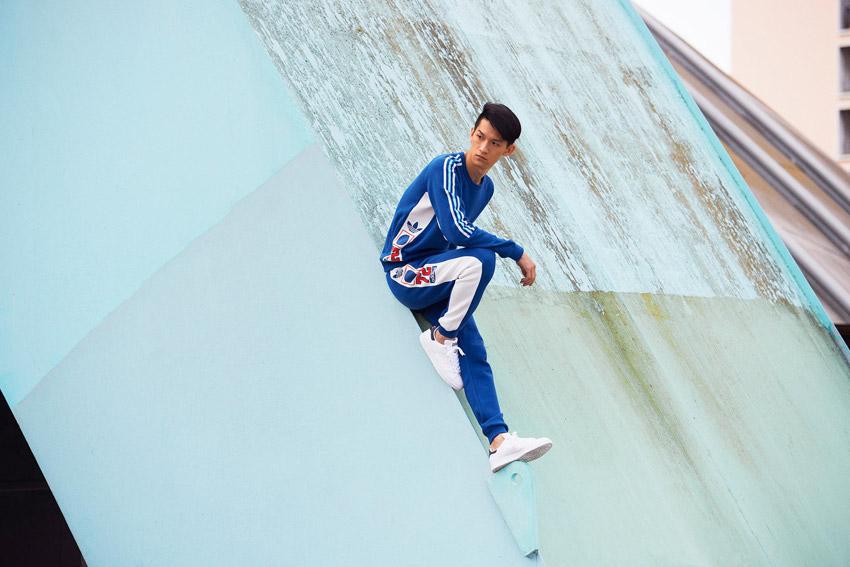 Adidas Originals — pánská tepláková souprava, bílo modrá — bílé boty Stan Smith — sportovní oblečení — lookbook kolekce Regista — jaro/léto 2016