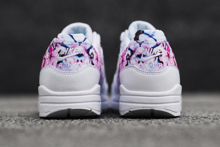 Nike Air Max 1 Print — Cherry Blossom — zadní pohled — bílé — růžové třešňové květy