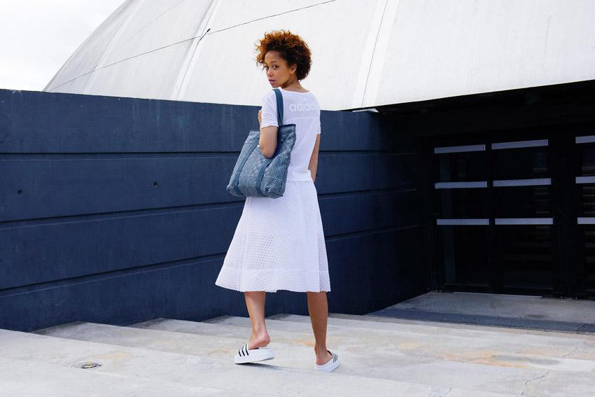 Adidas Originals — bílá sukně, bílé tričko, top — dámské bílé pantofle — modrá taška přes rameno — sportovní oblečení — lookbook kolekce Regista — jaro/léto 2016