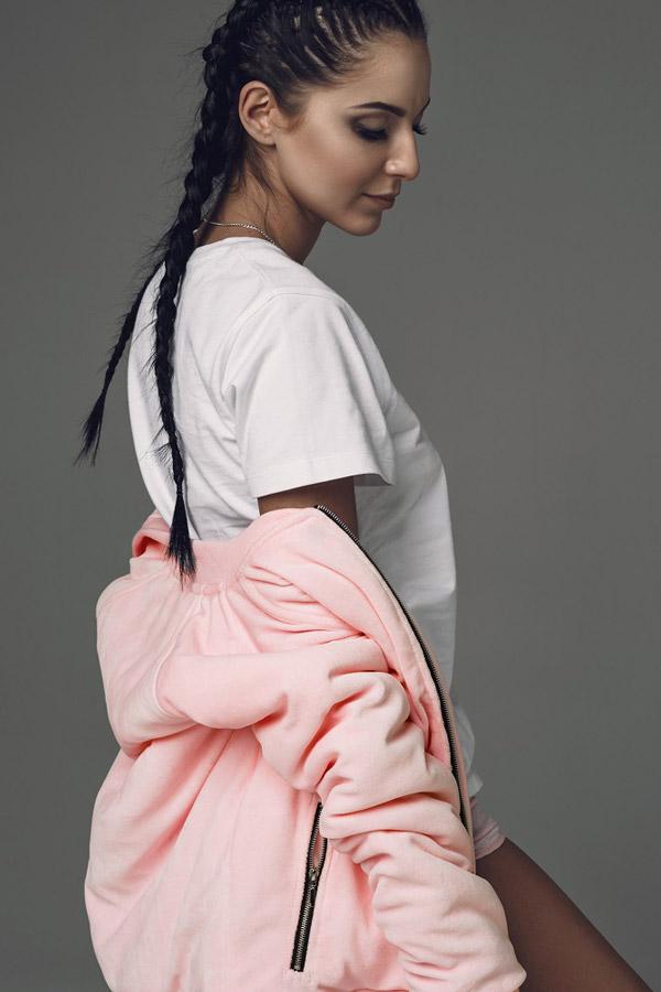 Blackfox — dámský bomber, světle růžový — bunda do pasu na zip, bílé tričko — sportovní oblečení, streetwear, activewear — lookbook