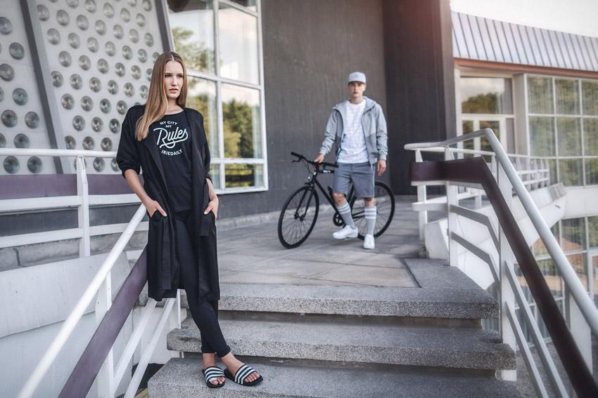 Iriedaily — dámský černý plášť, černé tričko — pánská šedá jarní bunda, šedé šortky — lookbook — jaro/léto 2016