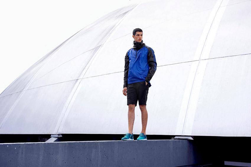 Adidas Originals — pánská modrá bunda s kapucí — černé šortky — modro-zelené boty ZX Flux — sportovní oblečení — lookbook kolekce Regista — jaro/léto 2016