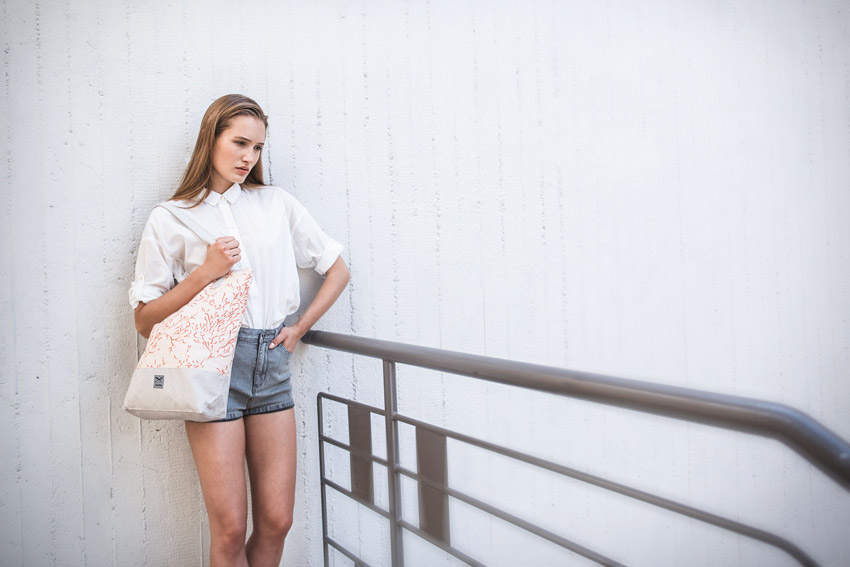 Iriedaily — dámská bílá košile s dlouhým rukávem — jeansové šortky, kraťasy — lookbook — jaro/léto 2016