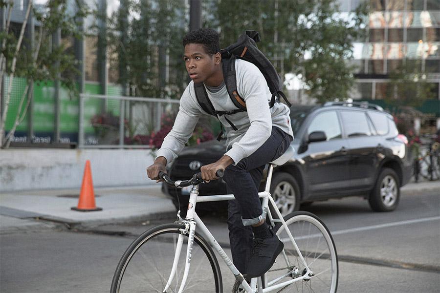 Levi's Commuter — černé džíny na kolo — pružné cyklistické kalhoty, městské jeansy — šedá mikina — jaro/léto 2016