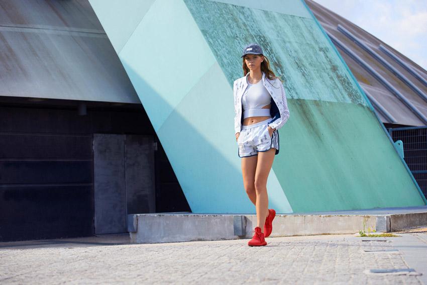 Adidas Originals — dámské bílé retro šortky, kraťasy — bílá bunda — červené boty Adidas Tubular — sportovní oblečení — lookbook kolekce Regista — jaro/léto 2016