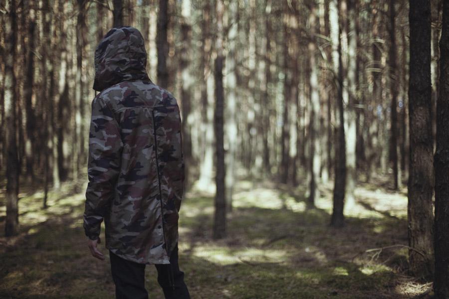 Backyard Cartel — dlouhá maskáčová bunda se zipem na zadní straně, bunda s kapucí, fishtail — pánská — pánské oblečení, street móda — kolekce Paper