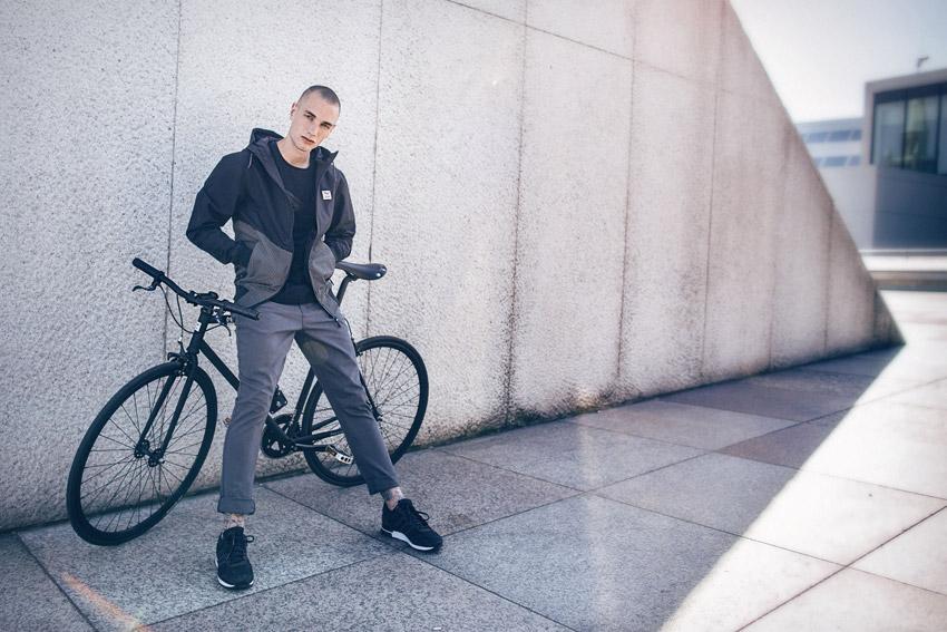 Iriedaily — pánská šedo-černá jarní bunda s kapucí — šedé pánské kalhoty — lookbook — jaro/léto 2016