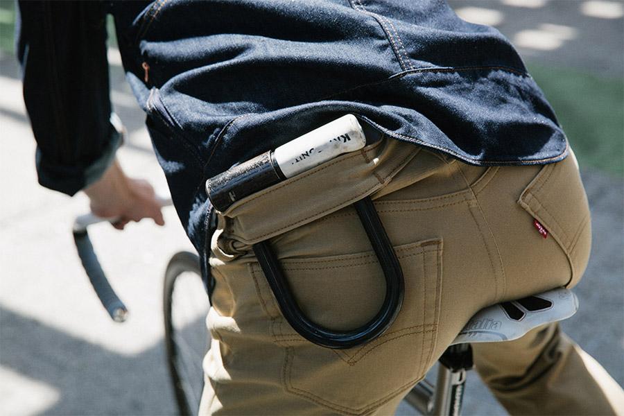 Levi's Commuter — cyklistické kalhoty — hnědé bavlněné džíny s pruhem opaskem pro zámek podkovu — jaro/léto 2016