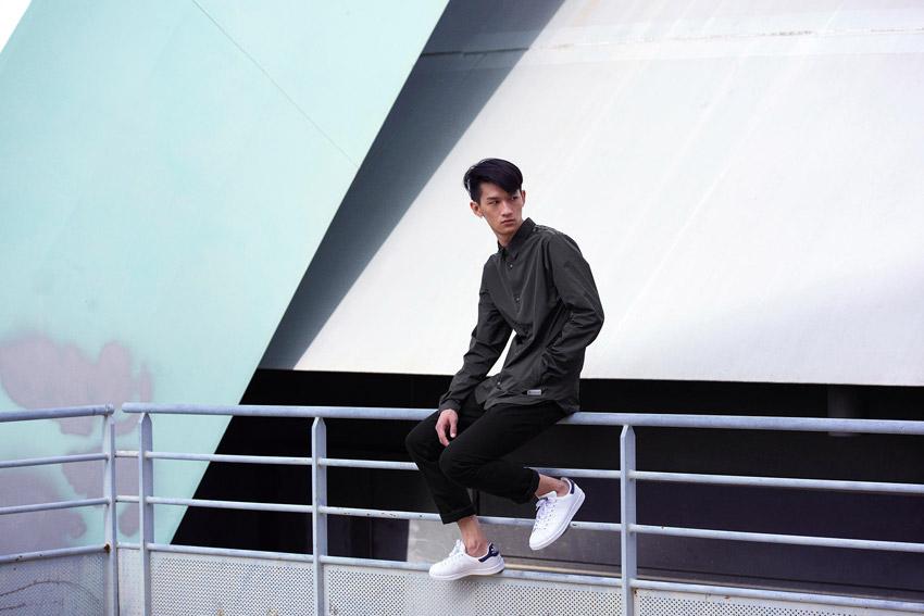 Adidas Originals — pánská černá košile, dlouhý rukáv — černé kalhoty — bílé boty Stan Smith — sportovní oblečení — lookbook kolekce Regista — jaro/léto 2016