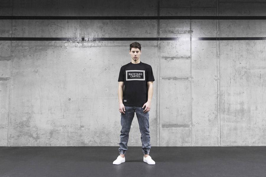 Backyard Cartel — černá pánské tričko s potiskem — džínové kalhoty joggers, jeans, denim — pánské oblečení, street móda — kolekce Scissors — 1. část
