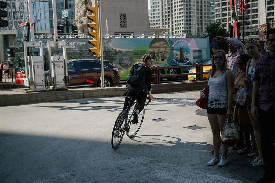 Levi's Commuter — dámské černé cyklistické jeansy — černý batoh — jaro/léto 2016