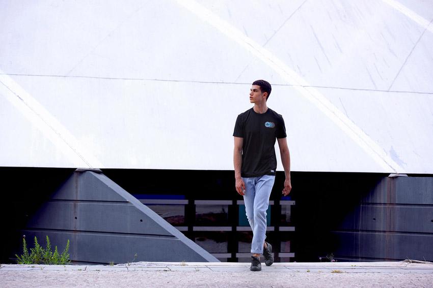 Adidas Originals — pánské černé tričko — modré kalhoty — černé boty Stan Smith — sportovní oblečení — lookbook kolekce Regista — jaro/léto 2016