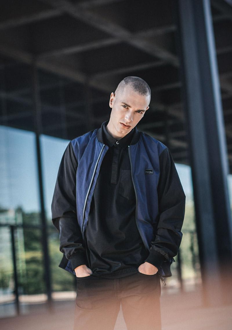 Iriedaily — pánská modro-černá jarní bunda — černé tričko — lookbook — jaro/léto 2016