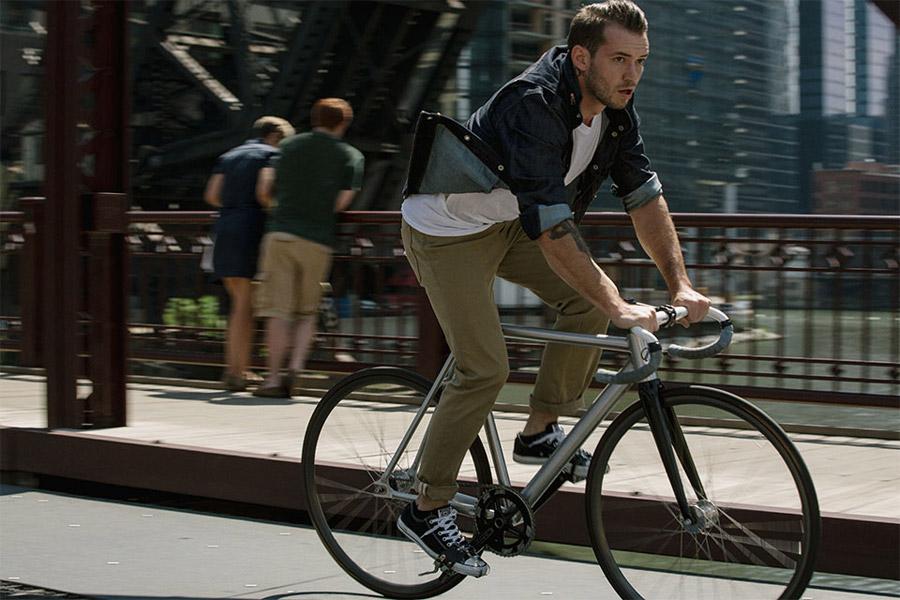 Levi's Commuter — pánská modrá impregnovaná košile s dlouhým rukávem — béžové cyklistické kalhoty do města — jaro/léto 2016