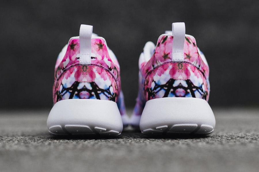 Nike Roshe One — Cherry Blossom — zadní pohled — bílé — růžové třešňové květy