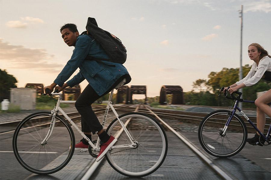 Levi's Commuter — modrá jeansová bunda, pánská džínová bunda — černé kalhoty na kolo — jaro/léto 2016