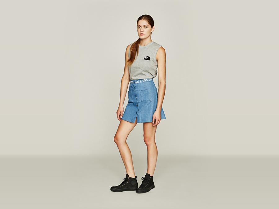 Stussy — džínová sukně, modrá — šedé tričko — dámské oblečení — jaro 2016