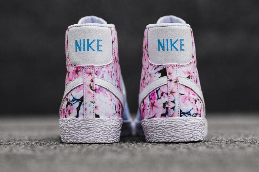 Nike Blazer Mid Print — Cherry Blossom — zadní pohled — bílé — růžové třešňové květy