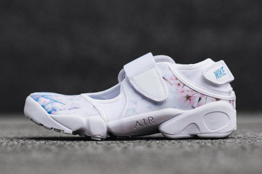 Nike Air Rift Print — Cherry Blossom — dámské běžecké boty, tenisky — bílé — růžové třešňové květy
