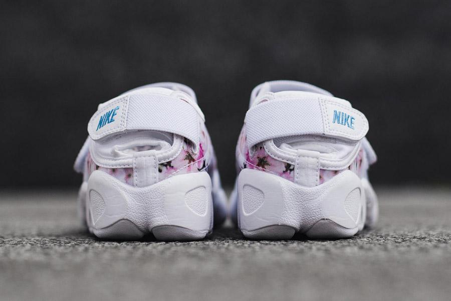 Nike Air Rift Print — Cherry Blossom — zadní pohled — bílé — růžové třešňové květy