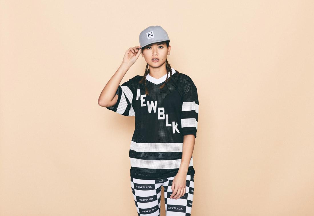 New Black — průhledné dámské černé tričko s bílými pruhy — síťované tričko — černo-bílé legíny — kšiltovka